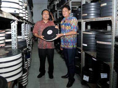 Rizal Ramli menunjukkan koleksi film di ruang penyimpanan Sinematek Indonesia di Jakarta, Rabu (14/9). Rizal mengajak warga Jakarta untuk menjadi warga yang berbudaya dan beradab serta mencintai hasil karya film Indonesia. (Liputan6.com/Gempur M Surya)