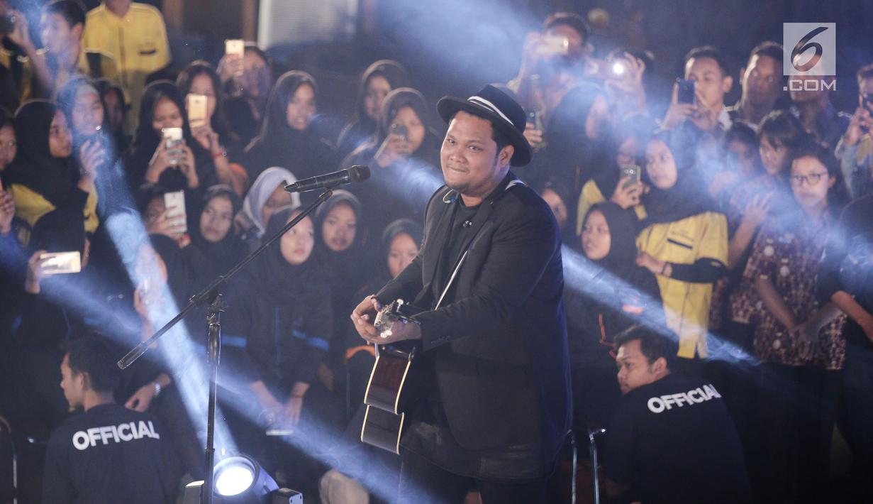 Penyanyi Virgoun saat tampil di gelaran Emtek Goes To Campus 2018 di Universitas Negeri Semarang (UNNES), Semarang, Rabu (18/7). Virgoun membawakan 3 lagu salah satunya Bukti dan Cinta untuk Starla. (Liputan6.com/Herman Zakharia)
