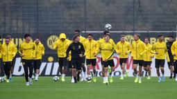 Para pemain Borussia Dortmund berlatih di Dortmund, Jerman, Senin (16/9/2019). Dortmund siap menjamu Barcelona pada laga Grup F Liga Champions di Signal Iduna Park. (AP Photo/Martin Meissner)