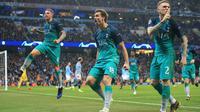 Striker Tottenham Hotspur, Fernando Llorente berselebrasi dengan rekan setimnya setelah mencetak gol ke gawang Manchester City pada leg kedua perempat final Liga Champions di Etihad Stadium, Rabu (17/4).  Tottenham Hotspur melaju ke semifinal Liga Champions meski kalah 3-4 atas City. (AP/Jon Super)