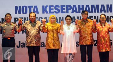 Menlu, Retno Marsudi (ketiga kanan) foto bersama usai menandatangani nota kesepahaman untuk menanggulangi persoalan kasus Tindak Pidana Perdagangan Orang (TPPO) atau Human Trafficking, Jakarta, Selasa (23/8). (Liputan6.com/Helmi Afandi)