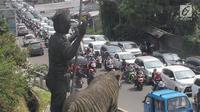 Kendaraan bermotor terjebak antrean menuju kawasan Puncak di Tanjakan Selarong, Bogor, Jawa Barat, Kamis (6/6/2019). Memasuki lebaran hari kedua, beberapa titik di kawasan Puncak mengalami kemacetan akibat tingginya tingkat kunjungan wisatawan domestik. (merdeka.com/Arie Basuki)