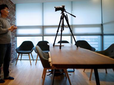 Gambar pada 12 Februari 2019 memperlihatkan seorang pria asal Korea Selatan, Yoon Chang-hyun membuat konten video untuk channel YouTube-nya di Seongnam. Pria 32 tahun itu memilih keluar dari pekerjaannya sebagai peneliti di Samsung Electronics Co untuk menjadi seorang vlogger. (REUTERS/Kim Hong-Ji)