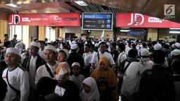 Peserta Reuni 212 berdesakan saat menuju pintu keluar Stasiun Gondangdia, Jakarta, Minggu (2/12). Antrean tersebut terkait acara Reuni 212 yang digelar di Monumen Nasional atau yang populer dengan Monas. (Merdeka.com/Iqbal S. Nugroho)