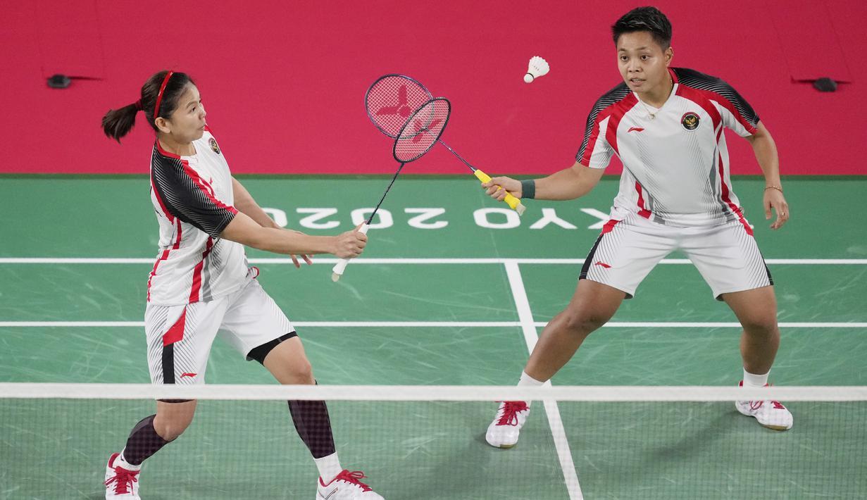 Pasangan ganda putri Indonesia, Greysia Polii/Apriyani Rahayu, memastikan satu tempat di perempat final cabang bulutangkis Olimpiade Tokyo 2020, Senin (26/7/2021). (Foto/AP/Dita Alangkara)