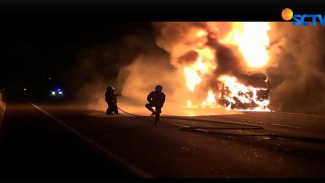 Untuk menjaga agar api tak menyambar kendaraan alin di dalam Tol Cikampek polisi dan Jasa Marga menutup jalur arah Jakarta.