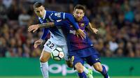 Penyerang Barcelona, Lionel Messi berebut bola dengan bek Espanyol Mario Hermoso saat pertandingan Liga Spanyol di stadion Camp Nou, Barcelona (9/9). (AFP Photo/ Lluis Gene)