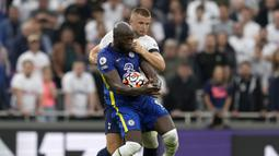 Chelsea pun balas mengancam di menit ke-16. Sayang, tembakan keras Romelu Lukaku masih melebar dari gawang Tottenham. (AP/Matt Dunham)