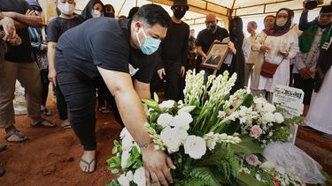 [Fimela] Pemakaman Ayah Ivan Gunawan