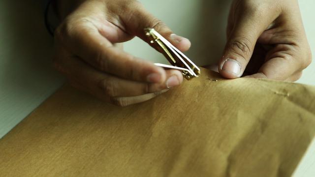 Membuka staples yang biasanya menyulitkan, akan semakin mudah dan aman dengan cara sederhana ini.