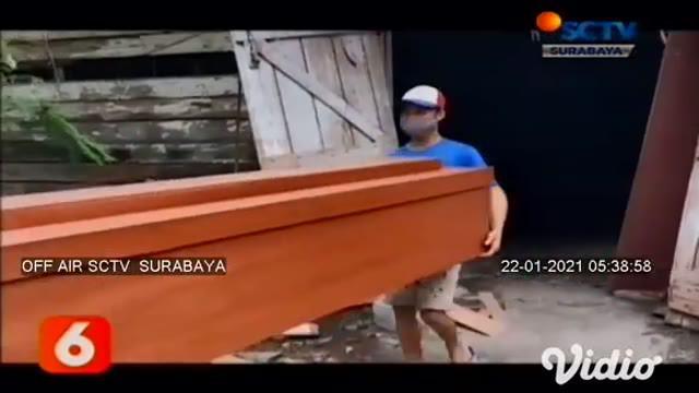Di tengah wabah pandemi Covid-19, menjadi peluang usaha bagi pengusaha mebel di Jalan Raya Menur Surabaya. Usaha mebel yang awalnya memproduksi perabot rumah tangga, kini kebanjiran order membuat peti jenazah pasien Covid-19.