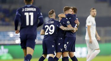 Para pemain Lazio merayakan gol yang dicetak oleh Ciro Immobile ke gawang Zenit Saint Petersburg pada laga Liga Champions di Stadion Olimpico, Roma, Rabu (25/11/2020). Lazio menang dengan skor 3-1. (AP/Andrew Medichini)