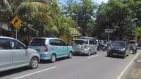 Antrean kendaraan mengular menuju kawasan wisata Pantai Anyer, Kabupaten Serang, Banten. (Liputan6.com/Yandhi Deslatama)