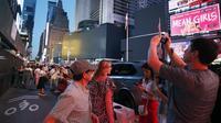 Layar di Times Square berwarna hitam selama pemadaman listrik yang meluas, Sabtu, 13 Juli 2019, di New York. (Foto: AP / Michael Owens)