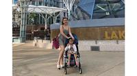 6 Gaya Ayu Ting Ting Saat Liburan di Singapura, Kompak Bersama Sang Anak (sumber: Instagram.com/ayutingting92)