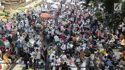 Massa aksi berkumpul di sekitaran Patung Kuda Arjuna Wiwaha di Jalan Medan Merdeka Barat, Jakarta, Kamis (27/6/2019). Massa aksi berkumpul terkait pelaksanaan sidang putusan perselisihan hasil Pilpres 2019 di Gedung Mahkamah Konstitusi. (Liputan6.com/Helmi Fithriansyah)