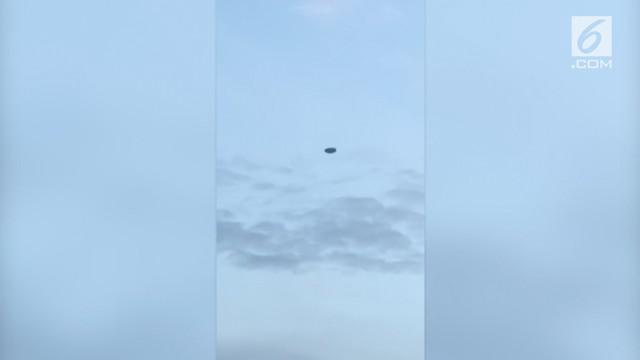 Seorang wanita merekam benda asing yang diyakini UFO terbang di langit Victoria, Australia.