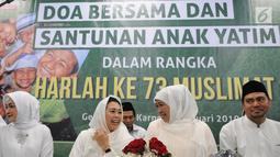 Ketua Umum Muslimat NU Khofifah Indar Parawansa (dua kanan) bersama Ketua Panitia Harlah ke-73 Muslimat NU Yenny Wahid (dua kiri) saat menghadiri doa bersama dan santunan anak yatim di kompleks SUGBK, Jakarta, Sabtu (26/1). (Liputan6.com/Herman Zakharia)