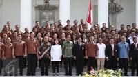 Presiden Jokowi berfoto bersama Kontingen Olimpiade Brasil 2016 usai pelepasan Tim Indonesia di halaman Istana Merdeka, Jakarta, Rabu (22/6). Sebanyak 26 atlet akan bertarung pada Olimpiade 2016 di Rio de Janeiro, Brasil. (Liputan6.com/Faizal Fanani)