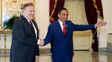 Presiden Joko Widodo menerima kunjungan Menteri Luar Negeri AS Mike Pompeo di Istana Merdeka, Jakarta, Minggu (5/8). Dalam pertemuan tersebut membahas sejumlah isu mulai dari kerja sama ekonomi kedua negara. (AP Photo/Achmad Ibrahim, Pool)