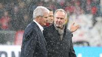 Presiden Hoffenheim, Dietmar Hopp dan CEO Bayern Munchen, Karl-Heinz Rummenigge. (AFP/Daniel Roland)