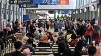 Calon penumpang saat menunggu keberangkatan kereta jarak jauh di Stasiun Pasar Senen, Jakarta, Senin (3/5/2021). Lonjakan penumpang diperkirakan berlangsung hingga 5 Mei mendatang. (merdeka.com/Iqbal S. Nugroho)
