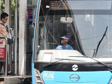 Seorang penumpang hendak menaiki bus Transjakarta di Halte Juanda, Jakarta, Sabtu (19/11). Transjakarta lakukan penambahan jam layanan operasional hingga pukul 23.00 untuk penuhi kebutuhan aktivitas masyarakat di malam hari. (Liptan6.com/Yoppy Renato)