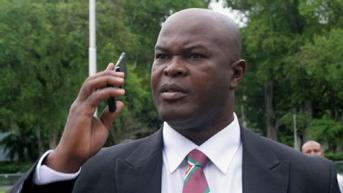 Wapres Suriname Mulai Debut Jadi Pemain Sepakbola Profesional di Usia 60