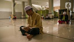 Sejumlah jemaah membaca Al-Quran di Masjid At- Taqwa, Jakarta, Rabu (14/4/2021). Bulan Ramadhan umat muslim banyak menghabiskan waktu untuk tadarus Al Quran baik siang hari dan malam hari. (Liputan6.com/Faizal Fanani)