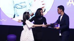 Konten Kreator Arief Muhammad saat menerima piala penghargaan kategori Best Creator For Lifestyle dalam acara XYZ DAY 2018 Creator Award di The Hall Senayan City, Jakarta, Rabu (25/4). (Liputan6.com/Herman Zakharia)