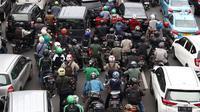 Kemacetan kendaraan di Jalan Medan Merdeka Timur, Jakarta, Rabu (14/2). Kemacetan ini imbas dari demo ratusan sopir taksi online menolak Permenhub Nomor 108 yang dianggap memberatkan. (Liputan6.com/Immanuel Antonius)