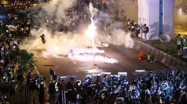 Bentrok polisi dan demonstran anti pemerintah Hong Kong (AP/Lo Kwanho)