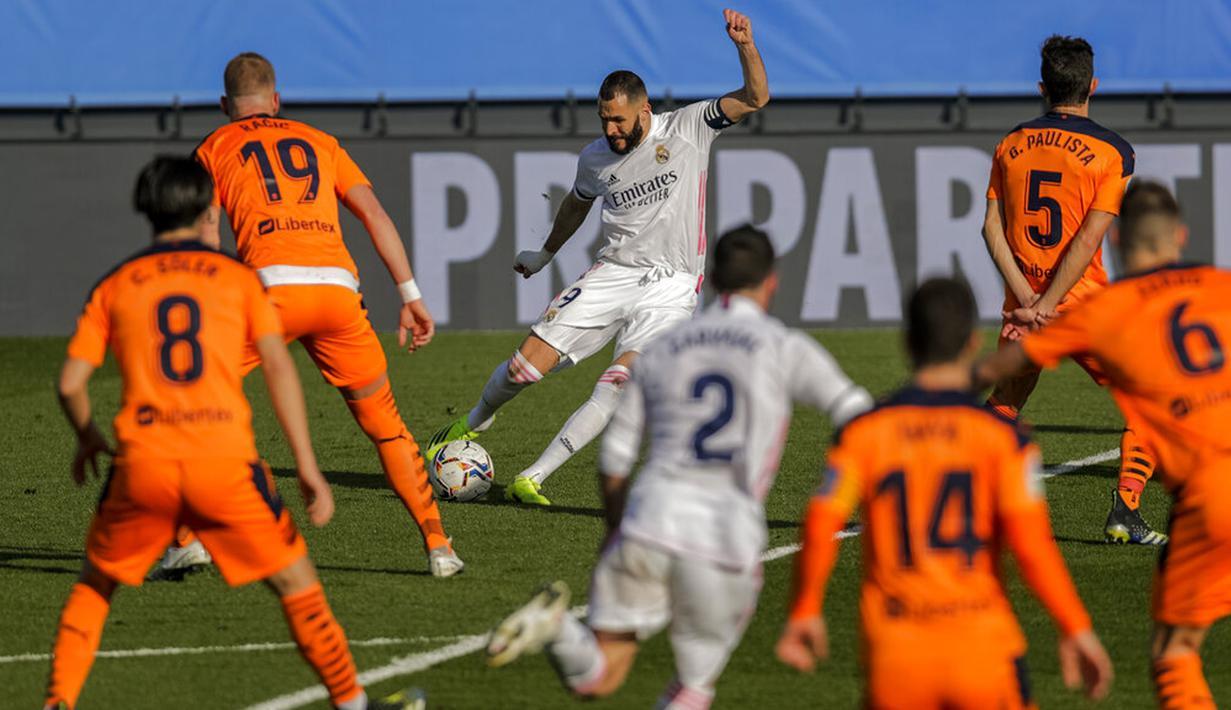 Pemain Real Madrid Karim Benzema mencetak gol ke gawang Valencia pada pertandingan Liga Spanyol di Stadion Alfredo Di Stefano, Madrid, Spanyol, Minggu (14/2/2021). Real Madrid menggeser Barcelona di peringkat dua klasemen usai menaklukkan Valencia 2-0. (AP Photo/Manu Fernandez)