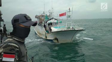 Kapal Sunrise Glory saat ditangkap KRI Sigurot 864 di selat Philips, Batam (7/2). TNI AL berhasil menggagalkan penyelundupan sabu seberat 1 ton yang diangkut kapal ikan berbendera Singapura, MV Sunrise Glory. (Liputan6.com/HO/Armabar TNI AL)