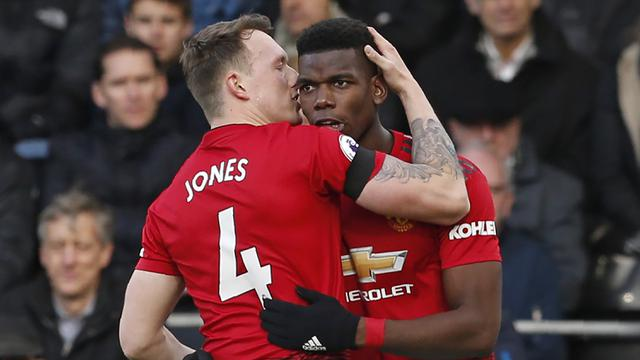 Pemain Manchester United, Phil Jones, merayakan gol yang dicetak Paul Pogba ke gawang Fulham. (AFP/Ian Kington)