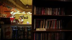 """Pemilik """"scream room"""" AbdelRahman Saad berada di dalam perpustakaan di Kairo, Mesir, (23/10). """"Scream room"""" tersebut bertujuan meringankan frustasi dan stress dalam kehidupan (REUTERS/Mohamed Abd El Ghany)"""