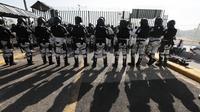 Otoritas keamanan Meksiko melakukan pemblokiran jalan bagi para migran asal Guatemala. (Source: AP/ Marco Ugarte)