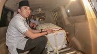 Edhie Baskoro Yudhoyono duduk dekat peti jenazah Kristiani Herrawati atau Ani Yudhoyono di Lanud Halim Perdanakusumah, Jakarta Timur, Sabtu (1/6/2019). Jenazah tiba bersama keluarga SBY menggunakan pesawat Hercules VIP C 130 dan disemayakamkan di Puri Cikeas, Bogor. (Liputan6.com/Faizal Fanani)
