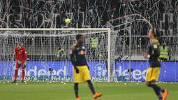 Bola tenis dan tisu toilet dilemparkan ke lapangan dan gawang pada Kick-off  laga Eintracht Frankfurt vs RB Leipzig di Stadion Commerzbank Arena, Senin (19/2). Penggemar mencemooh dan bersiul pada sebagian besar jalannya pertandingan. (DANIEL ROLAND/AFP)
