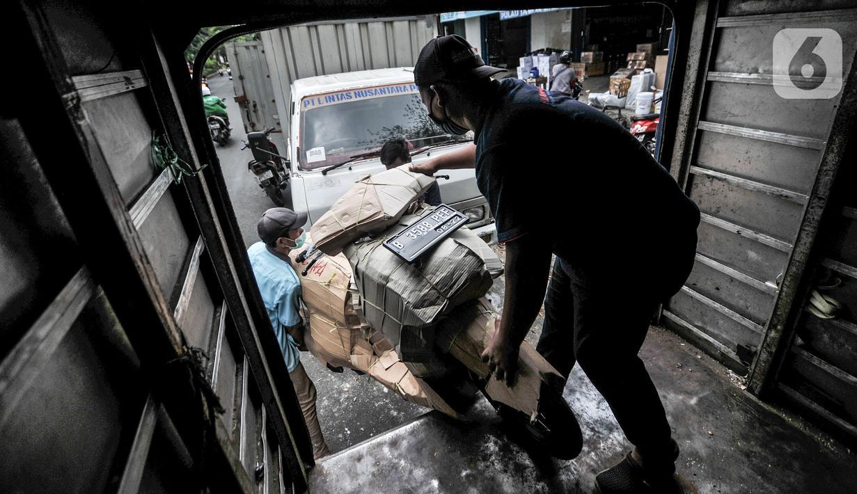 Pekerja memasukkan sepeda motor ke dalam truk sebelum dikirim melalui jasa ekspedisi kereta di Jalan Bungur Raya, Senen, Jakarta, Senin (3/5/2021). Memasuki H-10 Idul Fitri, jasa pengiriman paket barang dan sepeda motor via ekspedisi kereta api mengalami peningkatan. (merdeka.com/Iqbal S. Nugroho)