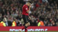 Striker Manchester United, Alexis Sanchez, usai bermain imbang oleh Valencia pada laga Liga Champions di Stadion Old Trafford, Selasa (2/10/2018). Manchester United ditahan 0-0 oleh Valencia. (AP/Jon Super)