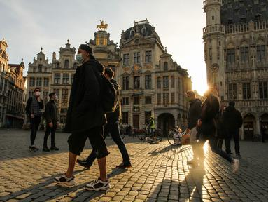 Sejumlah orang yang mengenakan masker berjalan di Grand Place di Brussel, Belgia, pada 8 November 2020. Kasus COVID-19 global melampaui angka 50 juta pada Minggu (8/11), menurut lembaga Center for Systems Science and Engineering (CSSE) di Universitas Johns Hopkins. (Xinhua/Zheng Huansong)