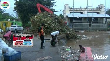 Sampah berupa batang pohon, bambu hingga sampah rumah tangga terus dibersihkan petugas dari pintu air.
