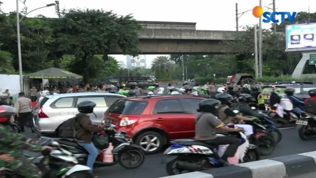 Mengantisipasi kemacetan dampak aksi unjuk rasa di kawasan Monas arus lalu-lintas menuju Jalan Merdeka Selatan dan Merdeka Utara ditutup.