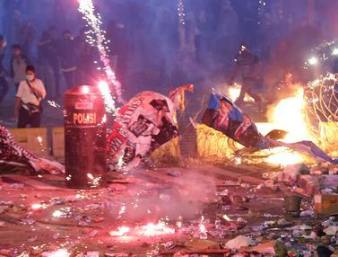 Massa Aksi di Depan Gedung Bawaslu Mulai Ricuh