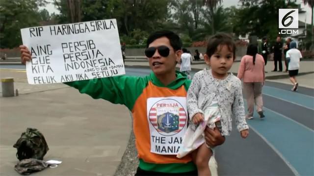 Seorang bobotoh menggelar aksi peluk damai di Bandung setelah seorang suporter Persija tewas.
