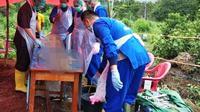 Tim Forensik Polda Sumsel mengautopsi jasad petani durian di Kabupaten Lahat yang diduga dimangsa Harimau Sumatra (Liputan6.com / Nefri Inge)