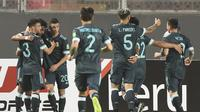 Pemain Argentina merayakan gol ke gawang Peru dalam laga Kualifikasi Piala Dunia 2022 zona Amerika Selatan, Rabu (18/11/2020) pagi WIB. Argentina menang 2-0 dalam laga ini. (ERNESTO BENAVIDES / POOL / AFP)