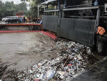 Volume Sampah di Pintu Air Manggarai Capai 200 Ton