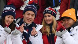 Putri Presiden AS Donald Trump yang juga penasihat senior Gedung Putih, Ivanka Trump (dua kanan) berpose dengan dengan pengunjung Olimpiade Musim Dingin Pyeongchang 2018, Korea Selatan, Sabtu (24/2/2017). (FRANCK FIFE/AFP)